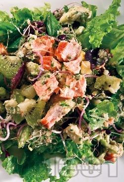 Залена салата със сьомга, киви и кълнове от ряпа - снимка на рецептата